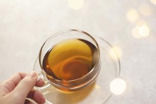 お茶を飲む女性の手元アップ。おうち時間、休憩時間。の写真素材 [FYI04744109]