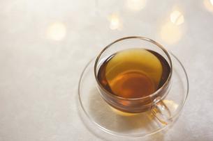 家でお茶を飲む様子。おうち時間、休憩時間。の写真素材 [FYI04744110]
