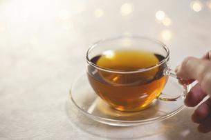 お茶を飲む女性の手元アップ。おうち時間、休憩時間。の写真素材 [FYI04744112]