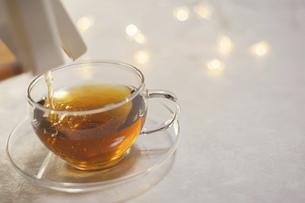 お茶をグラスに入れる。水分補給、おうち時間、休憩時間。の写真素材 [FYI04744114]