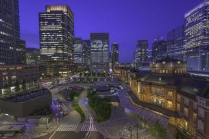 東京駅ライトアップリフレクションの写真素材 [FYI04744127]
