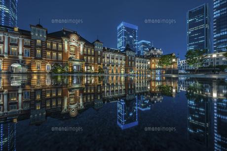 東京駅ライトアップリフレクションの写真素材 [FYI04744129]