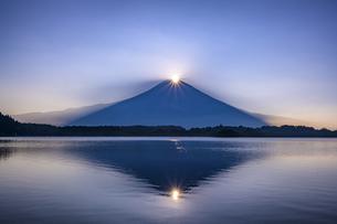 田貫湖のダブルダイヤモンド富士の写真素材 [FYI04744150]