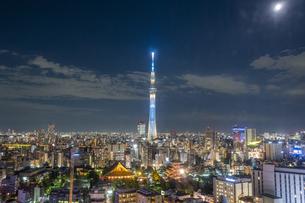 東京スカイツリーと浅草寺ライトアップの写真素材 [FYI04744158]