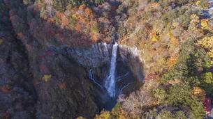 華厳の滝 ドローンショットの写真素材 [FYI04744164]