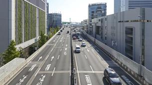 都心の風景 首都高速道路(浜崎橋JCTから汐留JCT間のペデストリアンデッキから)の写真素材 [FYI04744201]