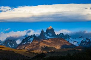 パタゴニアの名峰フィッツロイと雲の写真素材 [FYI04744226]
