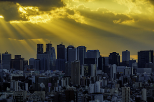 東京のビル群と天使の梯子の写真素材 [FYI04744292]