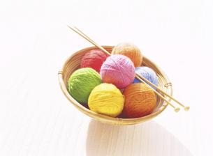 毛糸玉と編み棒の写真素材 [FYI04744299]