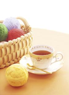 籠の毛糸玉とティーカップの写真素材 [FYI04744303]
