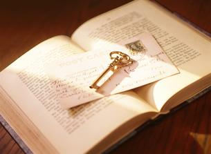鍵と本の写真素材 [FYI04744315]