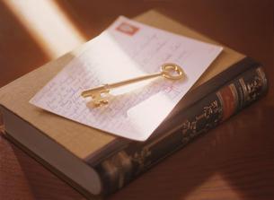 鍵と本と手紙の写真素材 [FYI04744316]