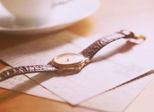 腕時計と手紙の写真素材 [FYI04744319]