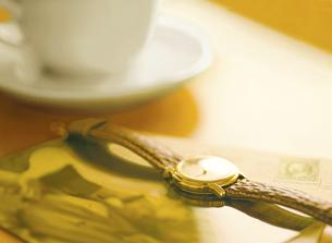 腕時計とコーヒーカップの写真素材 [FYI04744320]