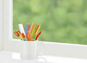 窓辺のカップの色鉛筆の写真素材 [FYI04744351]