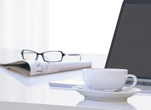 パソコンとコーヒーカップと新聞の写真素材 [FYI04744367]
