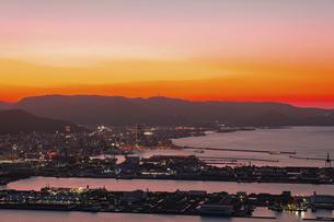 【香川県 高松市】屋島山頂から見る夕方の高松市街の様子の写真素材 [FYI04744371]