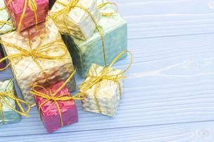 【クリスマス】かわいいプレゼントの置き物 冬の写真素材 [FYI04744381]