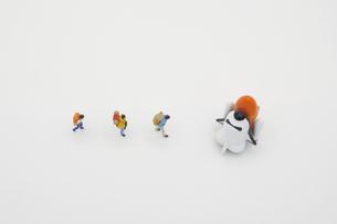 スペースシャトルで宇宙旅行に出かけるために列をなす旅行者の写真素材 [FYI04744388]