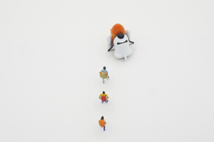スペースシャトルで宇宙旅行に出かけるために列をなす旅行者の写真素材 [FYI04744390]