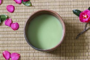 茶碗の中の抹茶の写真素材 [FYI04744409]