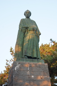 桂浜の風景(坂本龍馬像)の写真素材 [FYI04744413]