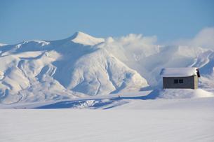 雪原と雪山と青空の写真素材 [FYI04744480]