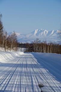 冬の道路と青空と山並みの写真素材 [FYI04744483]