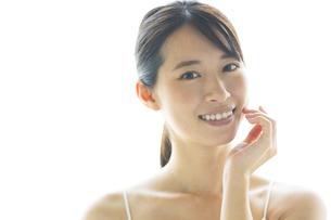 顔に手を添える女性の写真素材 [FYI04744671]