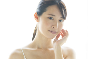 顔に手を添える女性の写真素材 [FYI04744673]