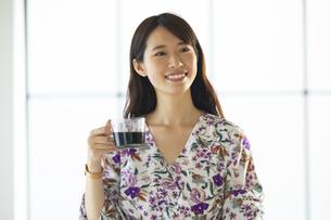 コーヒーカップを持つ笑顔の女性の写真素材 [FYI04744689]