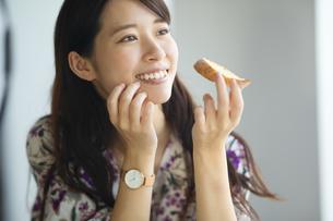 朝食を食べる笑顔の女性の写真素材 [FYI04744693]