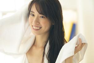 部屋で髪の毛をタオルドライする女性の写真素材 [FYI04744721]