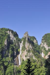 銀河・流星の滝と残月(北海道・層雲峡)の写真素材 [FYI04745069]