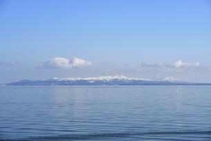 野付半島から見た冬の国後島(北海道・野付半島)の写真素材 [FYI04745095]