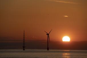 海に立つ風力発電と夕日の写真素材 [FYI04745213]