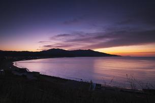 ピンネシリ(左)とアポイ岳(中央)の朝の写真素材 [FYI04745317]