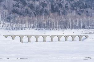 真冬のタウシュベツ橋梁の写真素材 [FYI04745412]