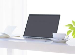 パソコンと本とコーヒーカップの写真素材 [FYI04745772]