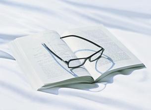 本の上のメガネの写真素材 [FYI04745788]