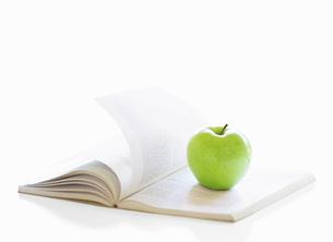 本とりんごの写真素材 [FYI04745789]