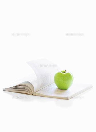 本とりんごの写真素材 [FYI04745790]