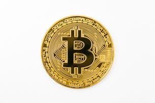 【仮想通貨】ビットコイン 白背景の写真素材 [FYI04745867]
