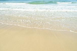 打ち寄せる波の写真素材 [FYI04745915]