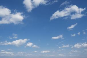 青空に白い雲の写真素材 [FYI04745920]