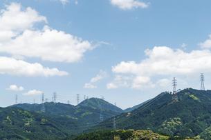 山を渡る高圧線の鉄塔の写真素材 [FYI04745968]
