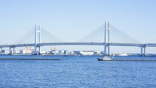 大さん橋ふ頭から横浜ベイブリッジの写真素材 [FYI04746071]