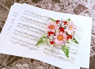 楽譜とアレンジ花の写真素材 [FYI04746088]