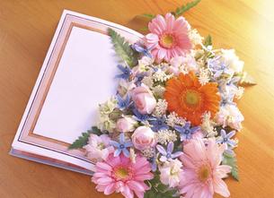 本の上の花の写真素材 [FYI04746096]