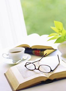 本とメガネの写真素材 [FYI04746099]